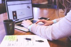 「副業で10万円」専門性なしでも本業+αを稼ぐ女性の24時間