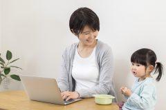 沖縄県内のシングルマザーの収入底上げや、テレワークの推進による子育て中の女性の再就職を支援へ