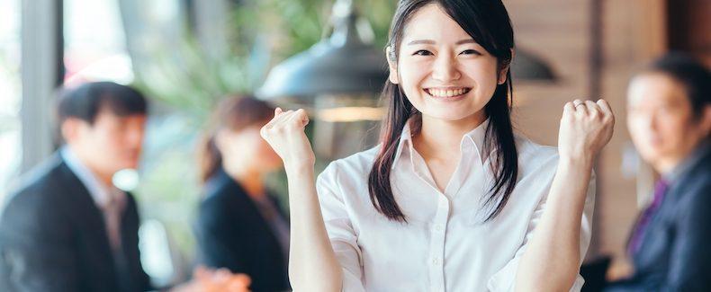 年収500万円の生活水準や手取りなどを紹介する女性